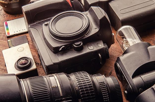 Equipo fotográfico cámara digital, iluminación con flash, disparador de flash, led, tarjeta de memoria cf sd microsd, lentes, trípode, batería para el diseñador creativo de fotografía de viaje hobby, concepto de desarrollo tecnológico.