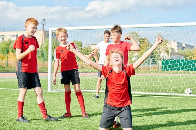 Equipo de fútbol celebrando la victoria