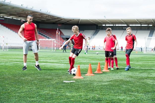 Equipo de fútbol junior haciendo ejercicio