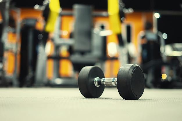 Equipo de gimnasia y pesas con pesas sobre deporte.