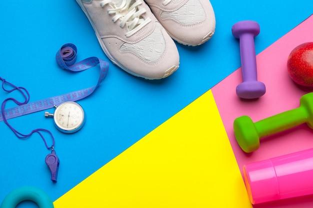 Equipo de gimnasio de fitness sobre fondo de color