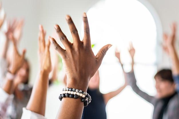 Equipo haciendo manos levantadas en el aire