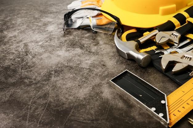 Equipo y herramientas de seguridad de construcción en fondo concreto de la textura.