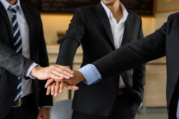 Equipo de hombre de negocios que toca las manos, concepto de trabajo en equipo