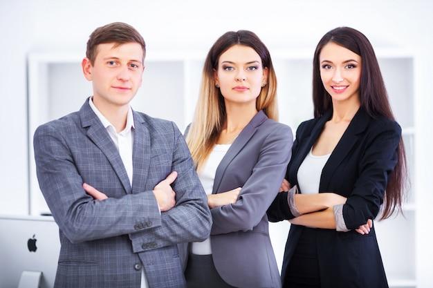 Equipo de hombres de negocios que trabajan en oficina.