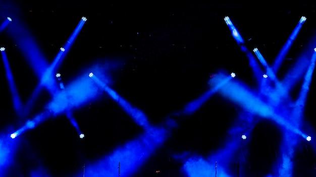 Equipo de iluminación en la escena.