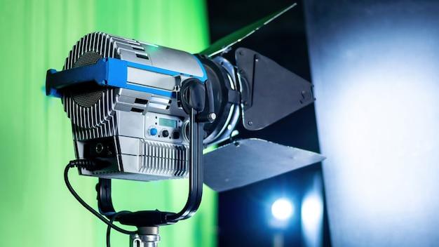 Equipo de iluminación profesional en el plató de la película.