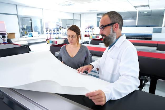 Equipo de impresión en la impresora plotter de la industria