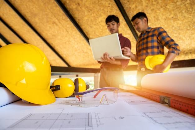 Equipo de ingenieros y arquitectos trabajando.