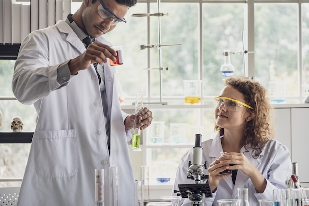 Equipo de investigaciones médicas científico realiza experimentos en laboratorio.