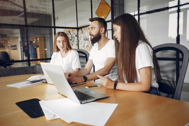 Equipo joven trabajando juntos y usando la computadora portátil