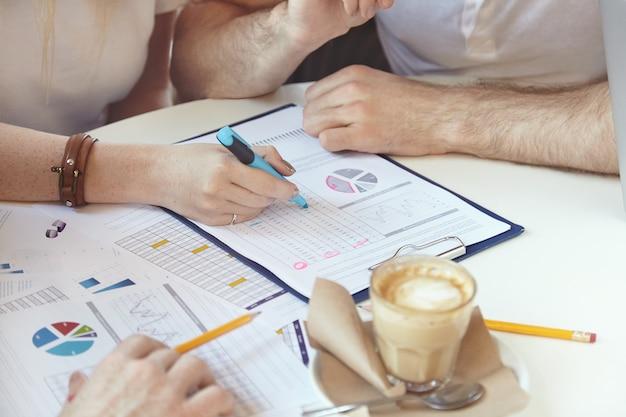 Equipo de jóvenes colegas que se reúnen en el café