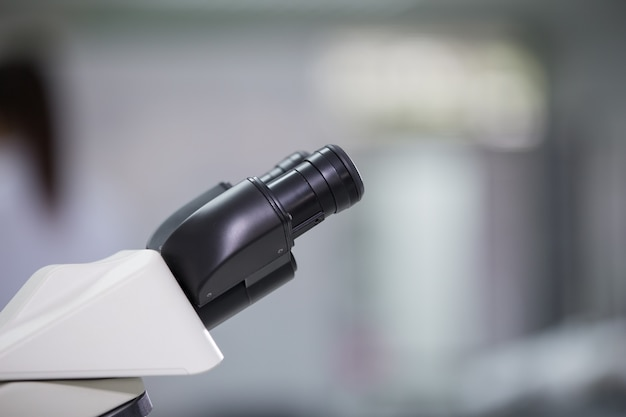 Equipo de laboratorio microscópico en el laboratorio.