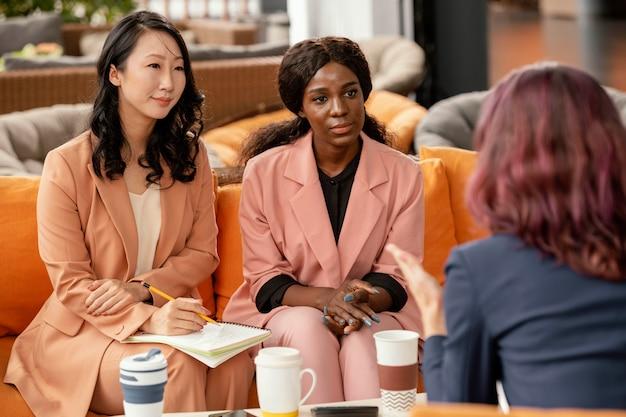 Equipo líder de mujer de primer plano