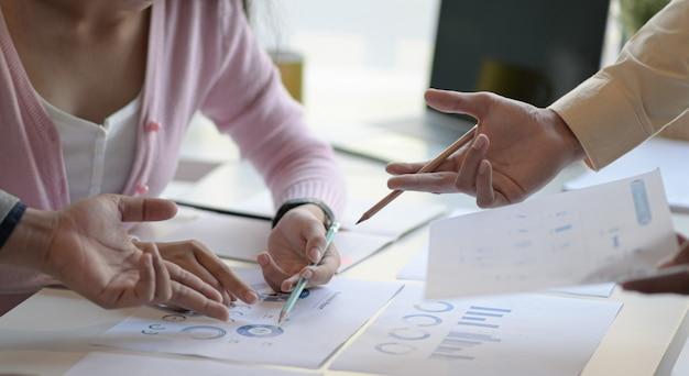 El equipo de marketing está analizando la situación futura del mercado para planificar el próximo paso.
