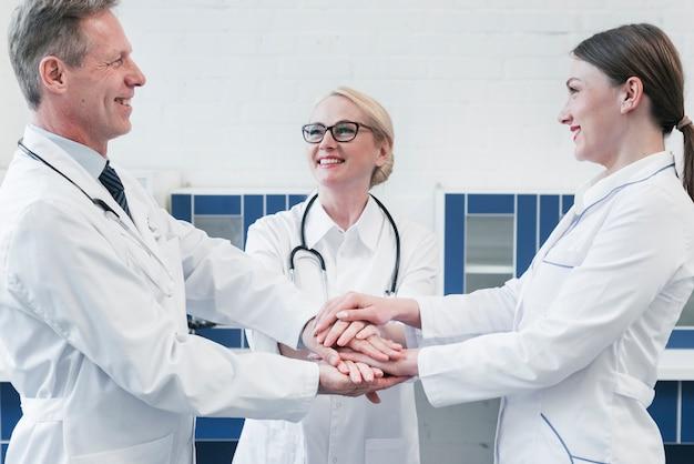 Equipo médico en la consulta