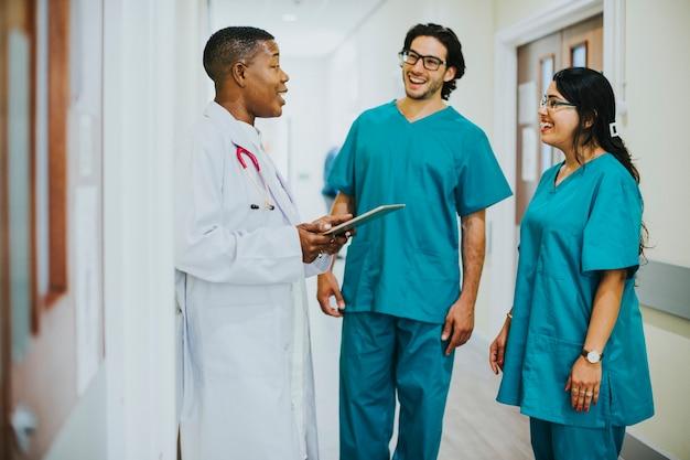 Equipo médico conversando en el pasillo.