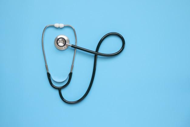 Equipo médico estetoscopio sobre fondo azul concepto sanitario