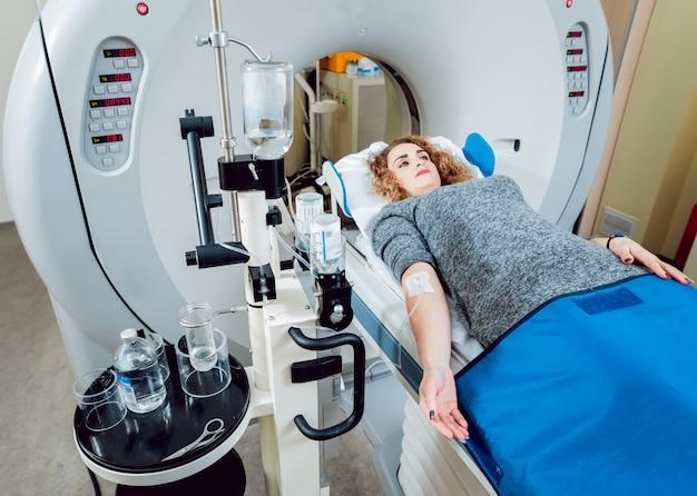 Equipo medico. médico y paciente en la sala de tomografía computarizada.