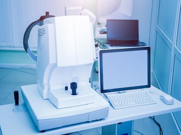El equipo médico de oftalmología. examen de ojos. dispositivo moderno en clínica
