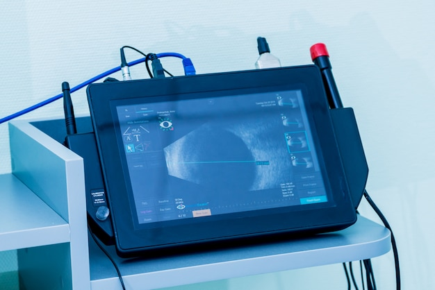 El equipo médico de oftalmología. examen de ultrasonido ocular.