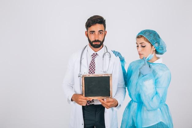 Equipo médico y pizarra