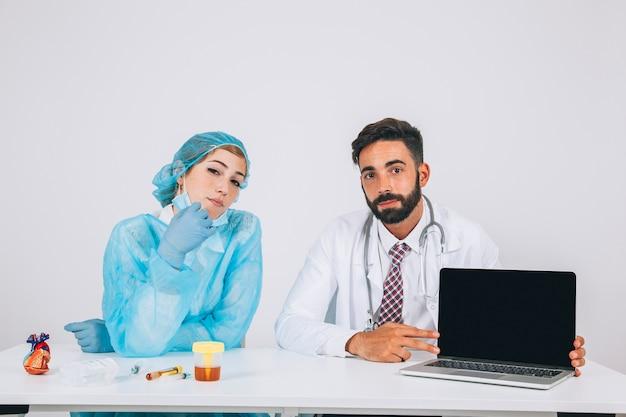 Equipo médico posando con la pantalla del portátil