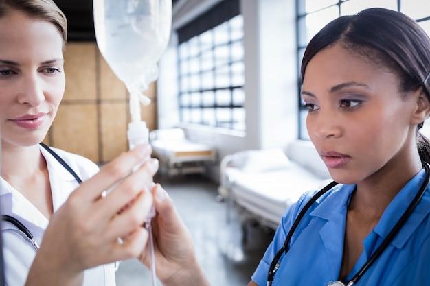 Equipo médico preparando suero en el hospital