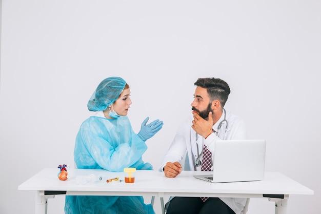 Equipo médico durante una reunión en la oficina