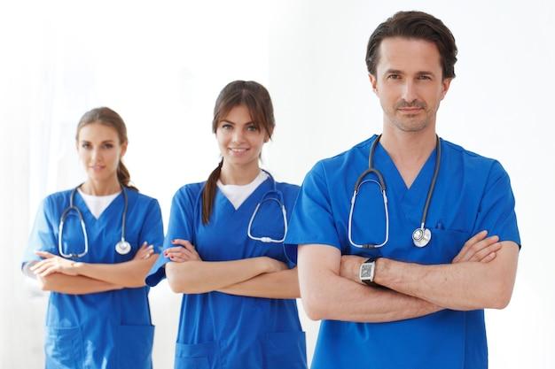 Equipo de médicos en batas azules