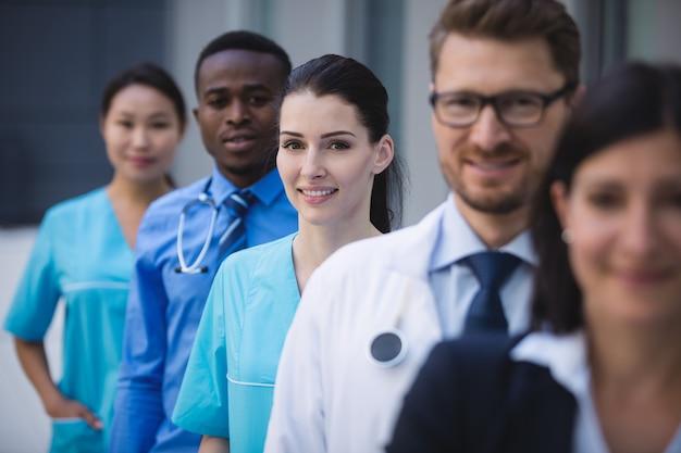 Equipo de médicos de pie en fila