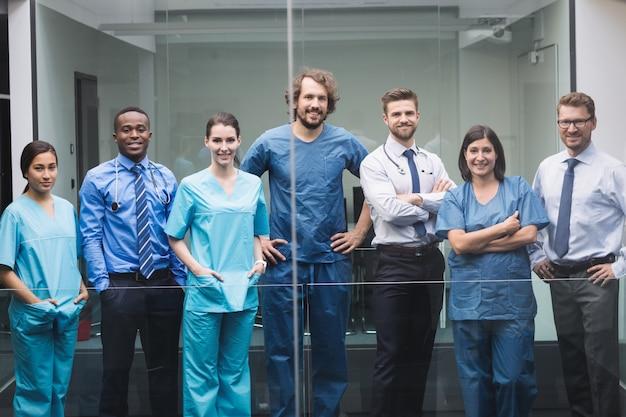 Equipo de médicos de pie en el pasillo