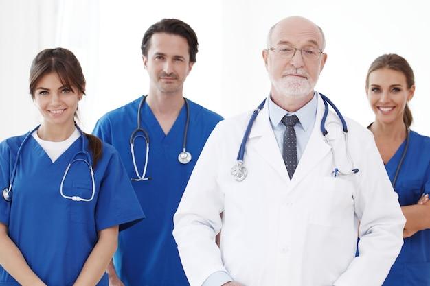 Equipo de médicos profesionales aislado sobre fondo blanco.