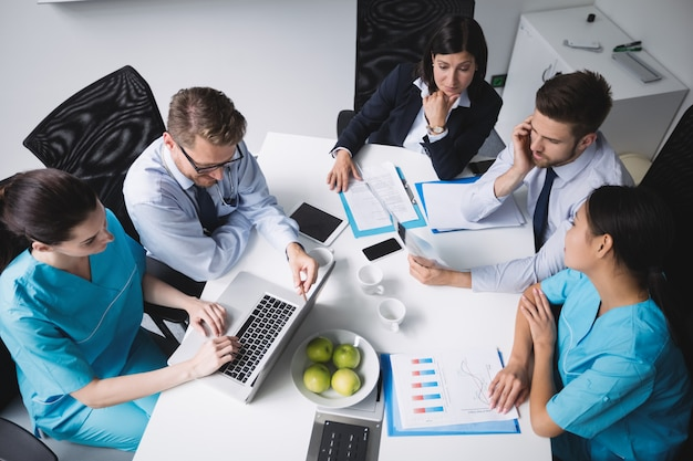 Equipo de médicos en una reunión