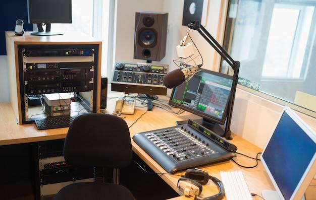 Equipo moderno en escritorio en estudio de radio