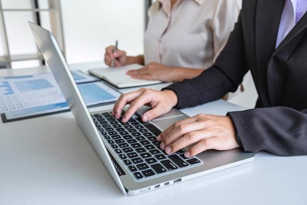 Equipo de mujer de negocios ejecutiva de intercambio de ideas sobre la reunión para el trabajo de proyecto de inversión de planificación de conferencias y la estrategia de conversación de negocios con el socio, el concepto financiero y contable