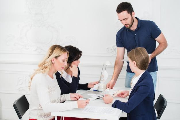 Equipo multicultural de diseñadores mirando un proyecto.