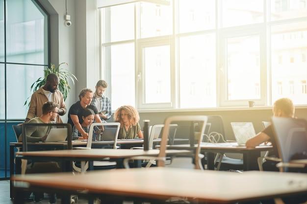 Equipo multirracial de jóvenes que trabajan en la oficina.