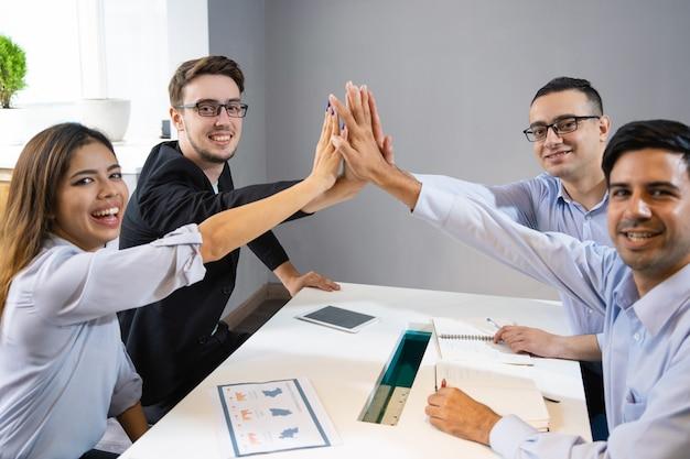 Equipo de negocio feliz celebrando el inicio exitoso