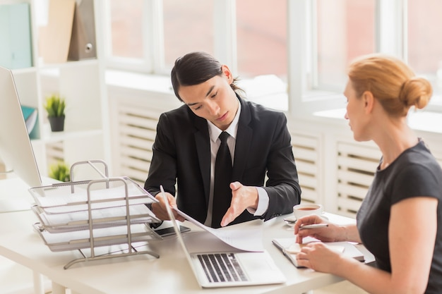 Equipo de negocios analizando resultados de trabajo