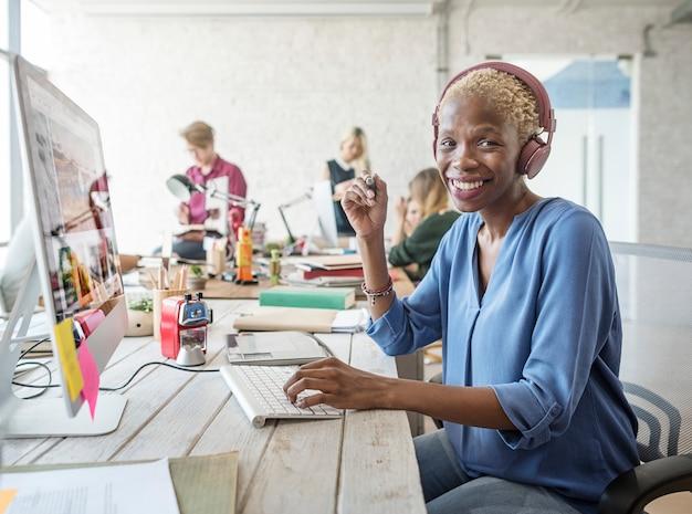 Equipo de negocios brainstorming workspace concept