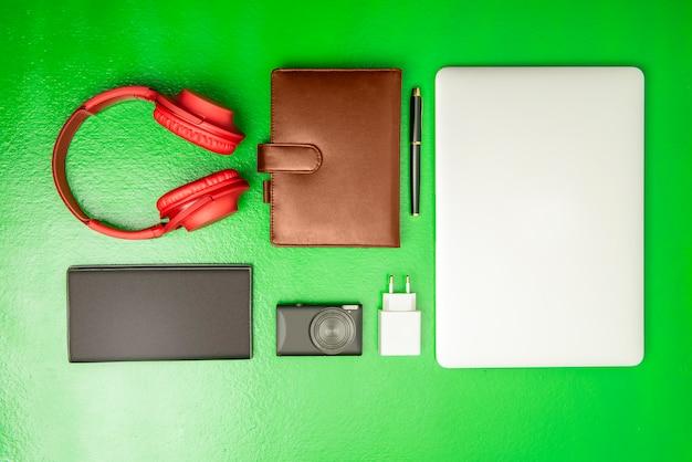 Equipo de negocios como computadora portátil, bolígrafo, cuaderno, cámara, billetera y auriculares para el trabajo.