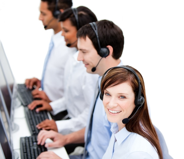 Equipo de negocios concentrado con auriculares