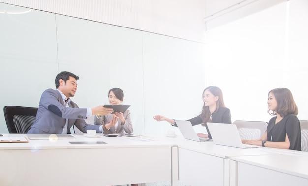 Equipo de negocios conocer gente en la oficina.