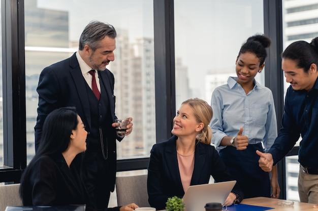 Equipo de negocios corporativos y gerente en una reunión.