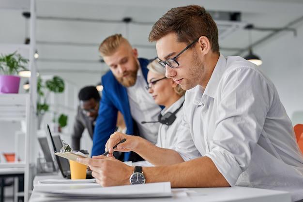 Equipo de negocios coworking de intercambio de ideas en la oficina