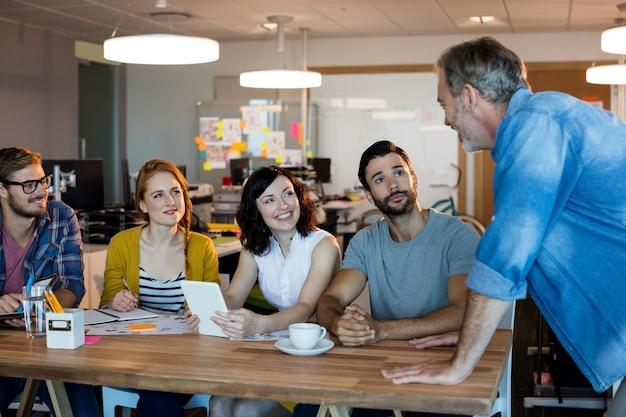 Equipo de negocios creativos discutiendo en un escritorio en la oficina
