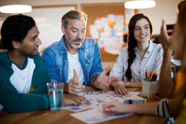 Equipo de negocios creativos discutiendo un plan en la oficina