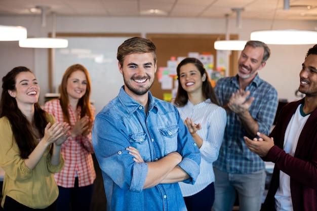 Equipo de negocios creativos feliz celebrando el éxito en la oficina