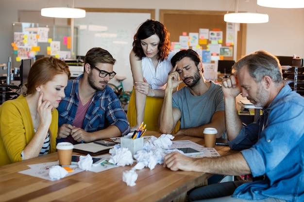 Equipo de negocios creativos con una sesión de intercambio de ideas en la oficina